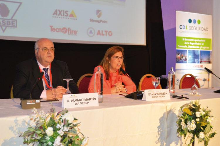 Álvaro Martín Yuguero, director de Seguridad de Grupo DIA, y Ana Borredá, directora de Seguritecnia, durante la inauguración.