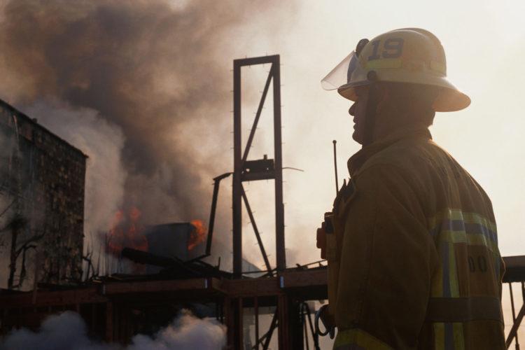 Bombero apagando un incendio.