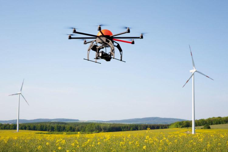 drone volando en el campo