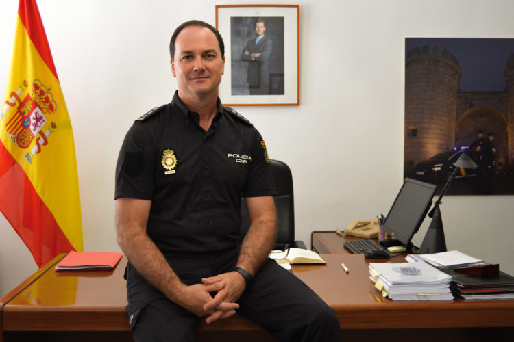 Comisario Javier Galván, interlocutor policial nacional sanitario en su despacho.