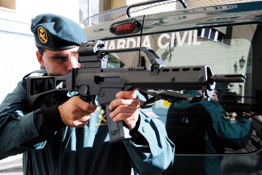 Guardia Civil apuntando con un arma.