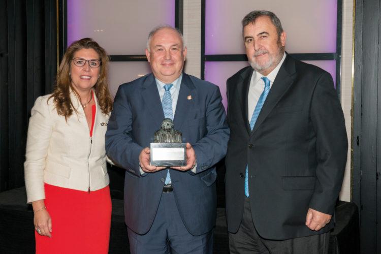 Francisco Muñoz Usano, Ana Borredá, directora de 'Seguritecnia' y presidenta de la Fundación Borredá, y Francisco Javier Borredá, presidente de la editorial Borrmart.