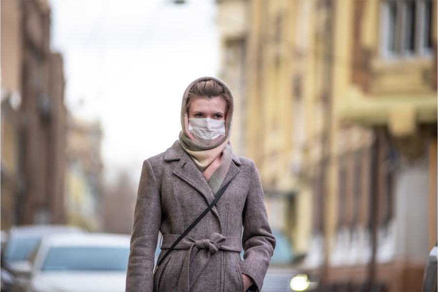 Chica mascara en la calle