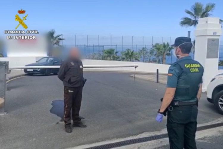 Guardia civil habla con un vigilante de seguridad