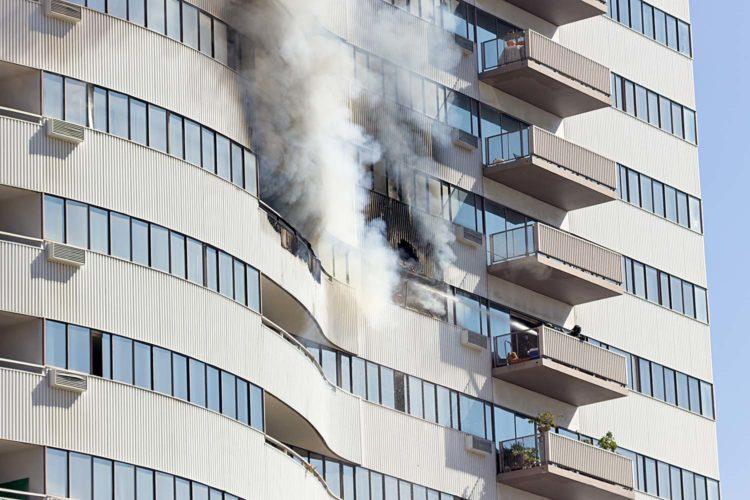 Humo en fachada de viviendas