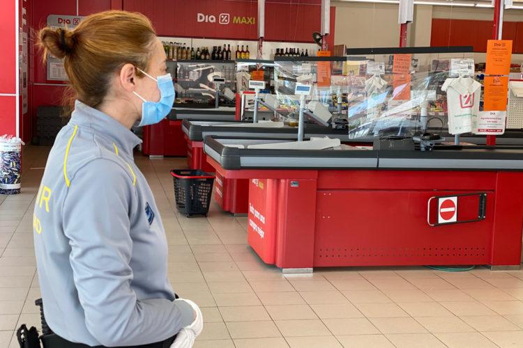 Vigilante de seguridad en un supermercado