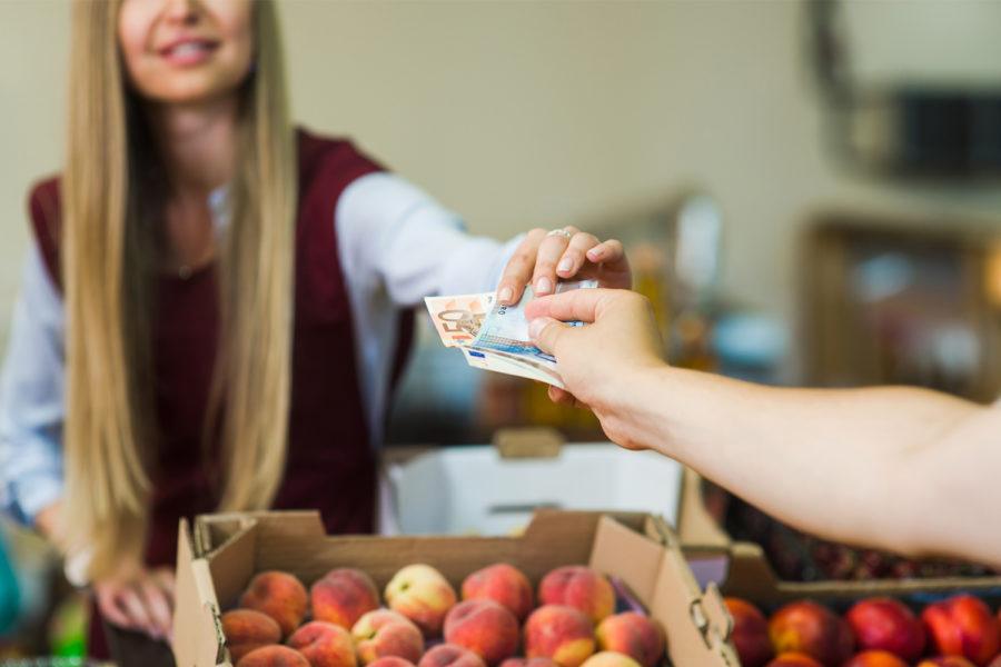 Pago en efectivo en una frutería