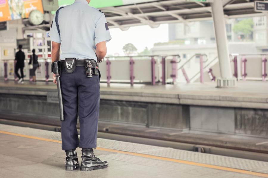 Vigilante en una estación de metro