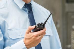 Vigilante de seguridad con walkie-talkie