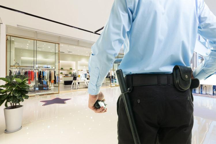 Vigilante de seguridad en un centro comercial.
