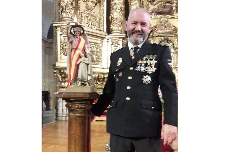 Esteban Gándara con una figura de los Ángeles Custodios, patrones de la Policía Nacional.