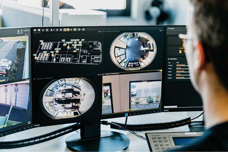 Un operario monitorea una instalación a través de sistema de seguridad.