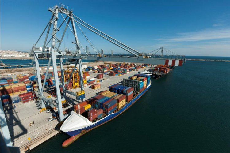 Descarga de contenedores de un barco en el Puerto de Tarragona