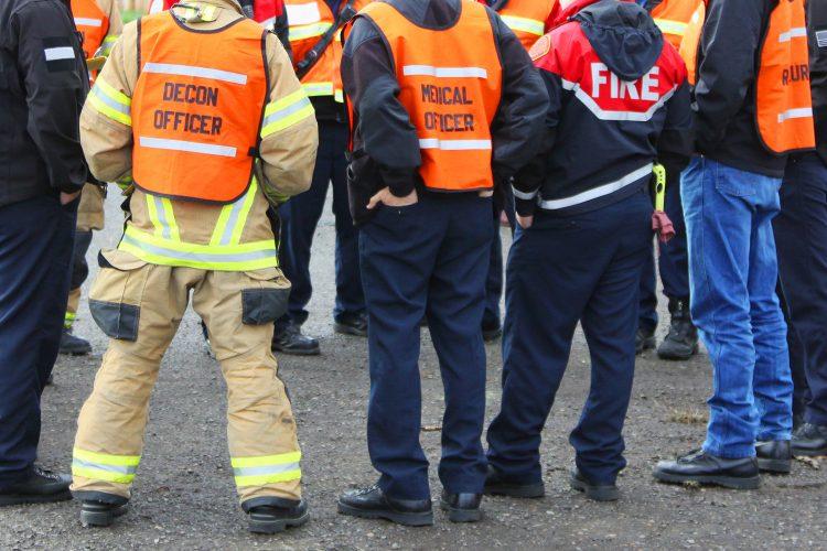 Profesionales de la protección civil en una reunión.