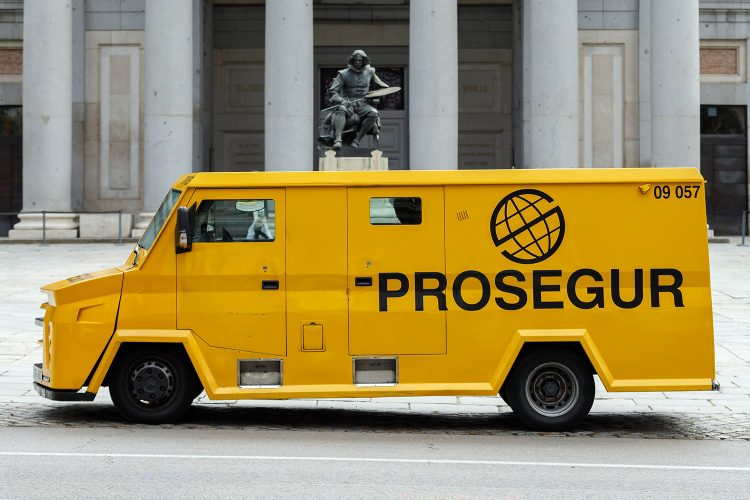 furgón blindado de Prosegur en el Museo del Prado de Madrid