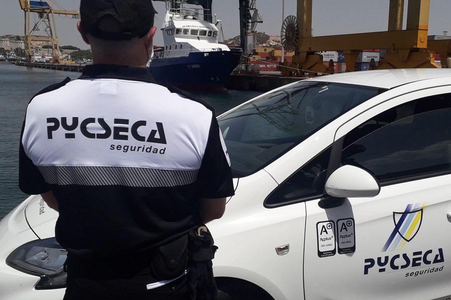 Un vigilante de seguridad privada en un puerto.