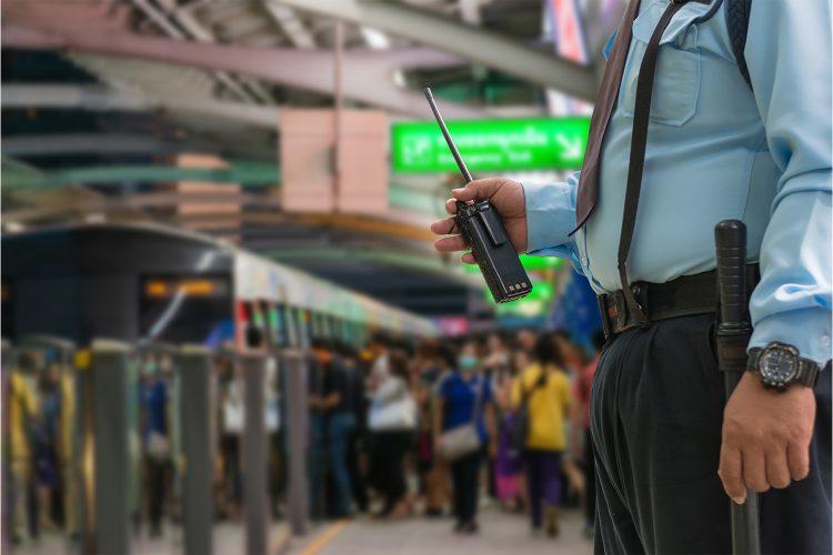 Vigilante de seguridad privada en estación de tren.