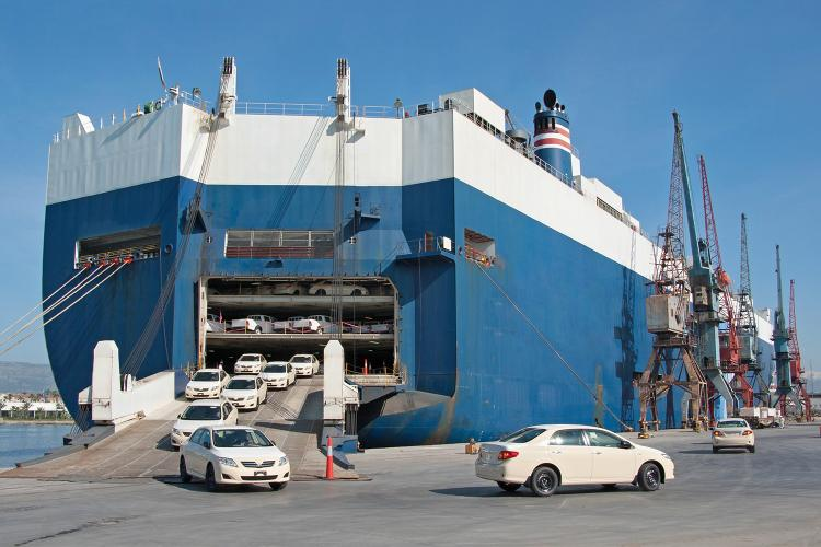 Inspección de vehículos en un barco.