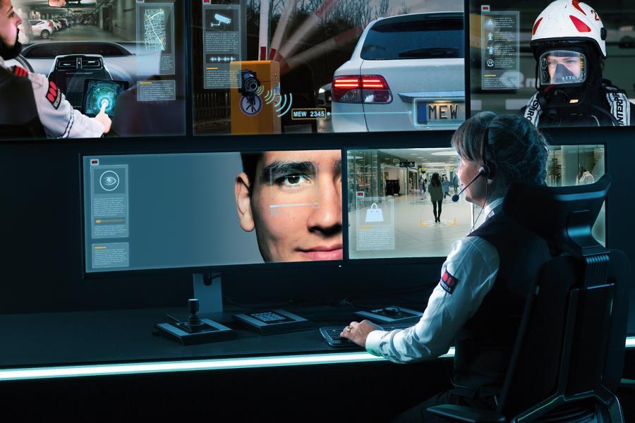 Una operadora de Securitas trabaja en el Securitas Operation Center.