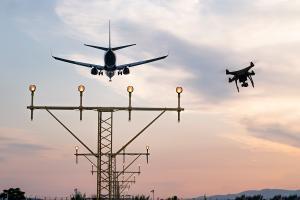 Un avión aterriza en una zona donde también vuelan drones.
