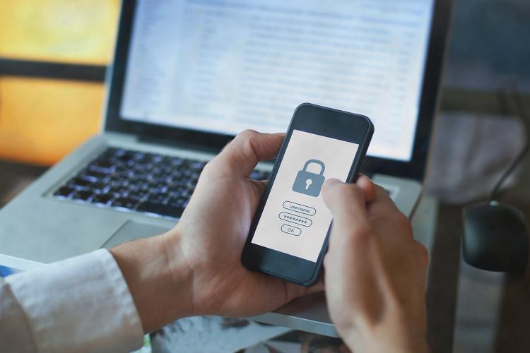 Día Mundial de la Contraseña: un usuario accede a su móvil mediante una contraseña.