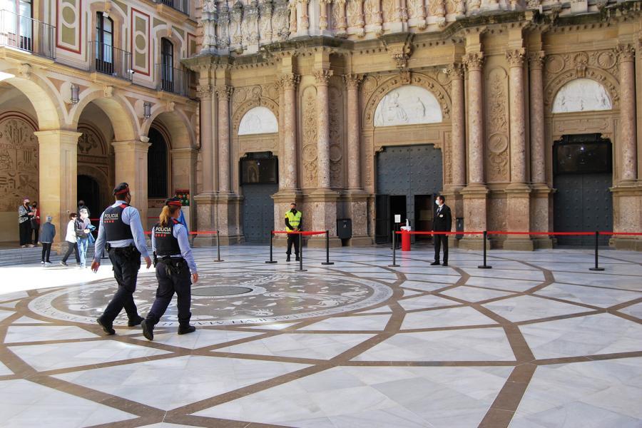 Agentes de los Mossos d´Esquadra en la Abadía de Montserrat.