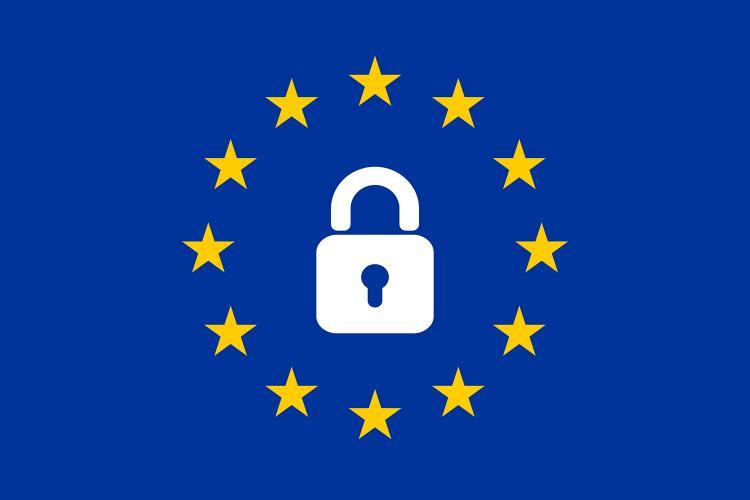 Bandera de la Unión Europea con un candado de ciberseguridad.