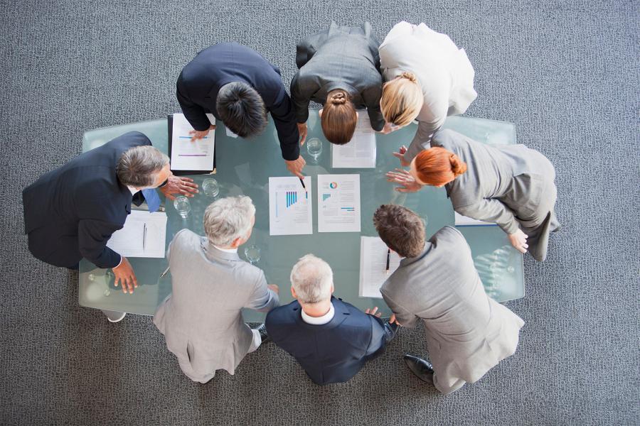 Grupo de personas analizando información para un proyecto.