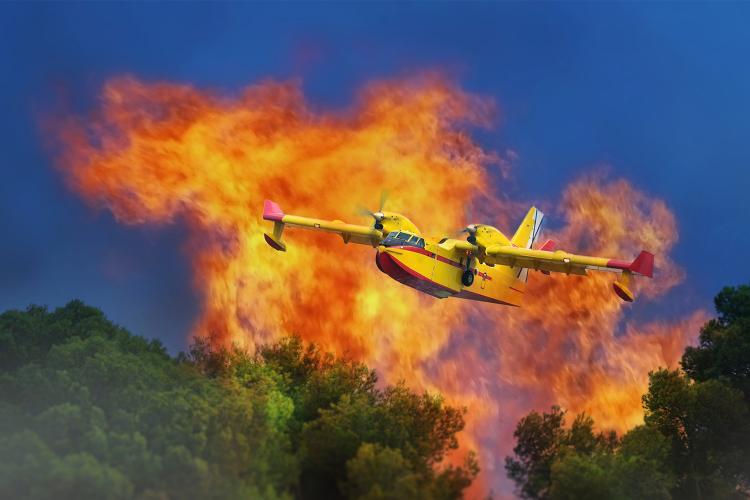 Un avión durante la extinción de un incendio forestal en España.