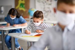 Niños en el colegio.
