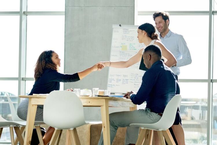 proveedor y cliente firman un acuerdo de nivel de servicio