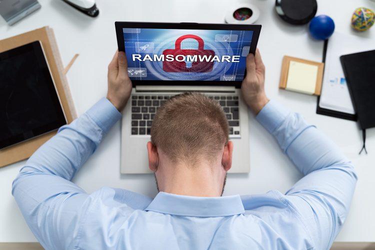 ciberseguridad un hombre es víctima de ransomware en su ordenador portátil